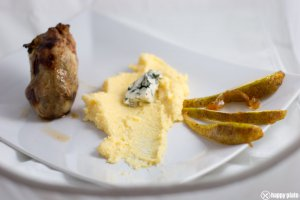sous vide Wachtel mit Polenta mit Roquefort und karamelisierten Birnen