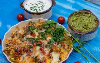 Nachos mit Kaese und Guacamole und Sour Cream_