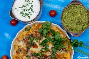 Nachos mit Kaese ueberbacken und selbstgemachter Guacamole und Sour Cream