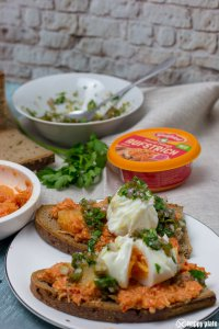 Pulled Chicken Sandwich mit pochiertem Ei und Jalapeno und Honigsalsa_