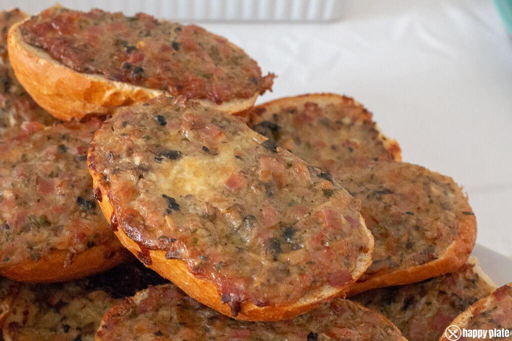 Pizzabroetchen mit Schinken und Champingnons ueberbacken_