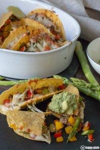 Tacos mit gruenem Spargel und Guacamole mit Kaese ueberbacken und Carnitas_