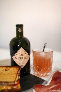 Needle Gin Rhabarber Gin Tonic mit Schinkensandwich