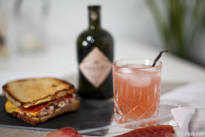 Needle Gin Rharbarbar Gin Tonic mit Schwarzwaelder Schinken Sandwich