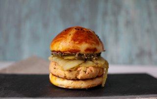 Lachsburger mit Fenchel und Olivenpesto