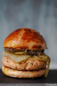 Lachsburger mit karamelisierten Fenchel und Oliventapenade