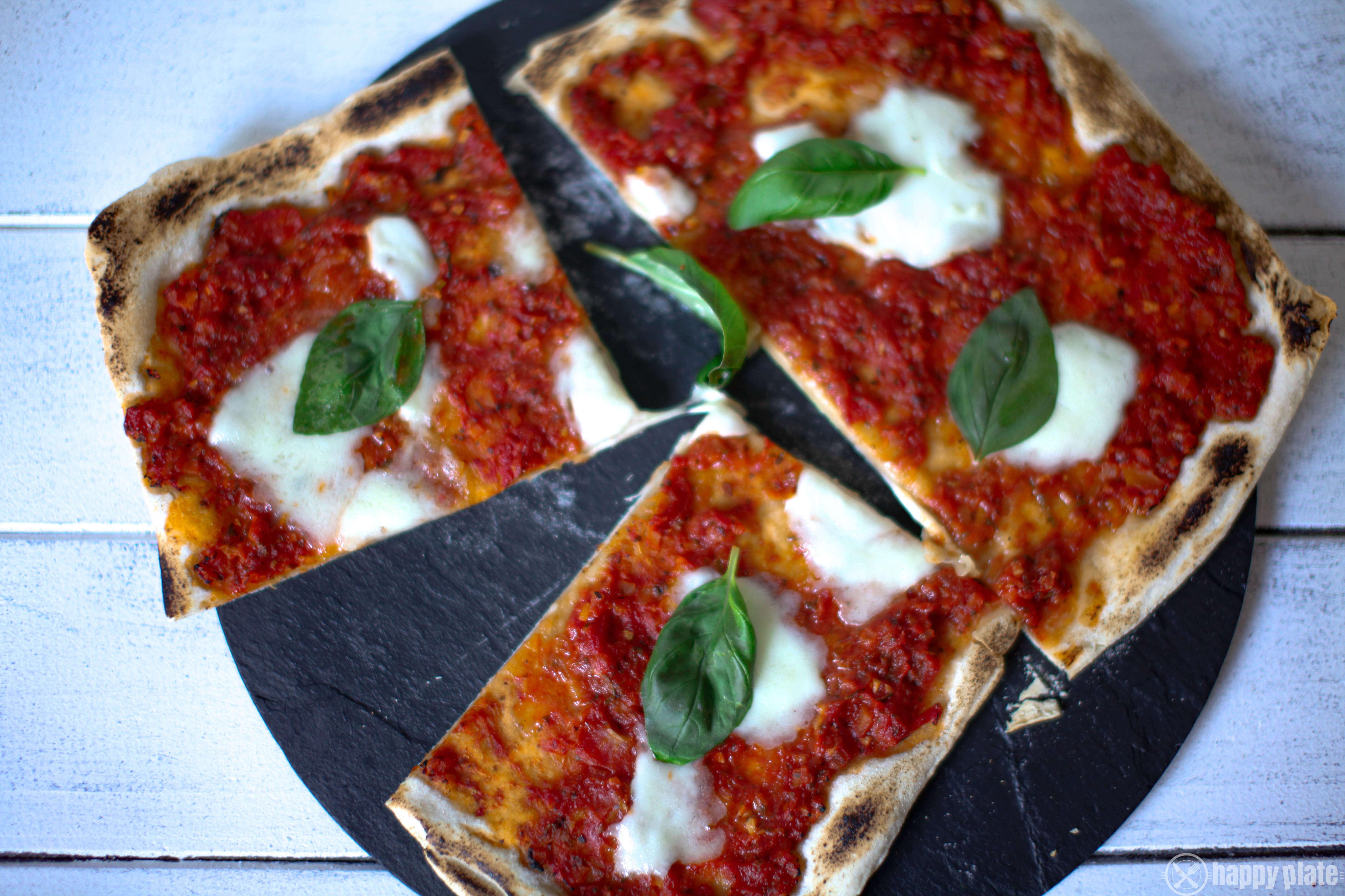 Selbstgemachte Sauerteig Pizza mit Marinara Sauce