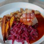 sous vide schweinekrustenbraten mit fermentiertem Rotkohl möhrenchips und Bretzelknoedel
