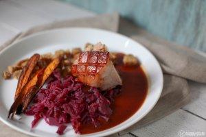 sous vide schweinebraten mit fermentiertem Rotkohl möhrenchips und Bretzelknoedel