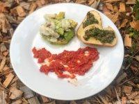 Zander avocado Ceviche mit Hagebutten - Tomaten - Püree und Dattel Crostini