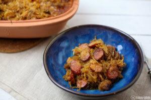 Selbstgemachtes Bigos mit Wurst und Schweinebauch und Sauerkraut