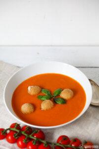 Selbstgemachte Tomatensuppe mit Mozzarelllabaellchen