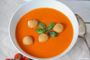 Selbstgemachte Tomatensuppe mit panierten Mozzarelllabaellchen