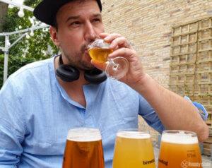 Ich beim Probieren von den passenden Bieren