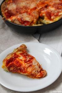 Kartoffelschalenpizza mit Mozzarella