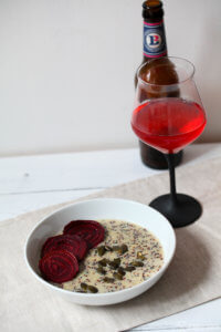 Quinoa Risotto mit Gorgonzola und fermentierter roter Beete und Kürbiskerne