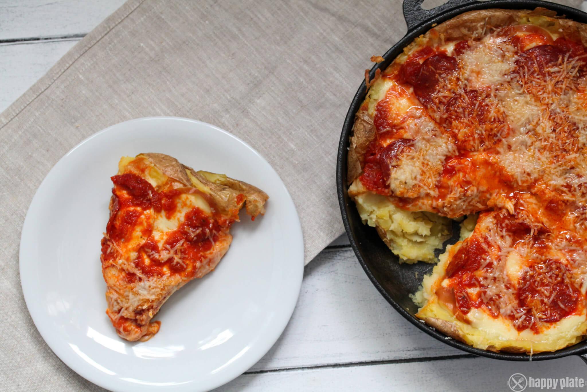 Selbstgemachte Kartoffelschalenpizza mit Mozzarella uns Scamozza