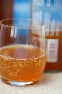 Ein Glas mit elbstgemachten Kombucha