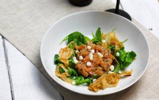 Lachstartar mit Kimchi und Kefir Kaviar und Sour IPA und Salat