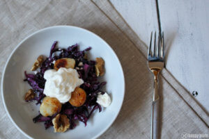 Rotkohlsalat mit Kammmuscheln und Gewuerzschaum WAlnuessen und Fetakaese