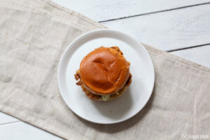 Frittiertes Hähnchen - Sandwich mit Basilikumpesto