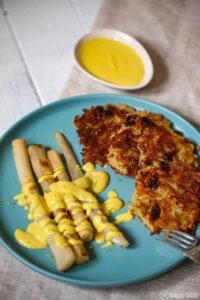 Schwarzwurzel mit veganer Hollandaise und Kartoffelplaetzchen