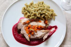 Schweinebraten mit Möhren gefüllt - Rote Beete Hummus und Kräuterspätzle als Hauptgericht