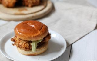 Selbstgemachter Hähnchen - Burger mit Basilikumpesto