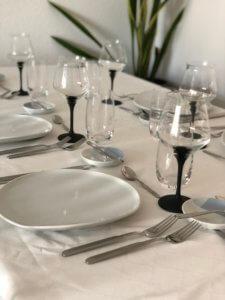 Tisch gedeckt mit Glaeser von Eisch und Serveware von Kahla