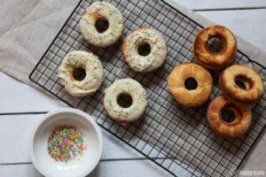 Weiße Schokodonuts aus dem Ofen
