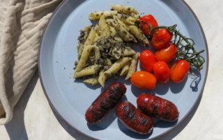 Gegrillte Chorizo mit Oliventapenade - Nudelsalat mit aromatisierten Tomaten