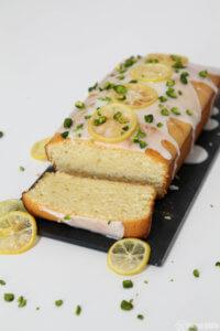 Selbstgemachter Zitronenkuchen mit Zitronenchips und Pistazien