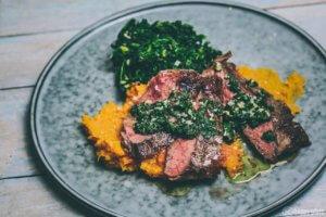 sous-vide Entrecote mit Süßkartoffelpüree und Spinat uns Salsa